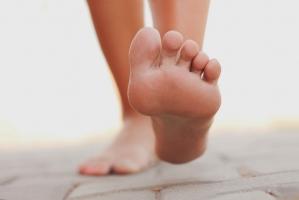 Dấu hiệu thừa cholesterol xuất hiện ở chân bạn nên biết