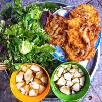 Quán bánh tôm giòn rụm mà bạn không thể bỏ qua tại Hà Nội