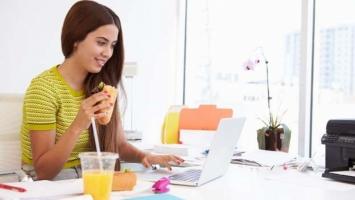 Cách giúp bạn nữ tránh khỏi việc ăn quá nhiều trong giờ làm việc