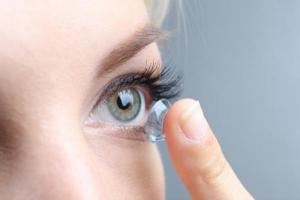 Sai lầm khi đeo kính áp tròng khiến mắt bị tổn thương nghiêm trọng