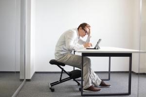 Tác hại của ngồi sai tư thế khi làm việc - ngồi cong lưng