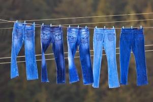 Mẹo hay để giặt quần jean không bị ra màu cực hiệu quả