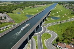 Cây cầu nước nổi tiếng nhất thế giới