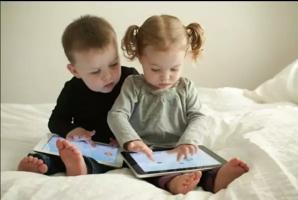 Tác hại khi trẻ sử dụng điện thoại thông minh, máy tính bảng