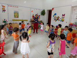 Trò chơi nhỏ sử dụng tay và chân gây hứng thú cho trẻ mầm non mà cô giáo nên biết