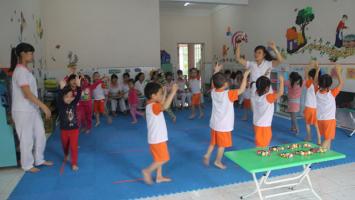 Trò chơi giúp trẻ mầm non tập trung, không nói chuyện riêng khi ngồi vòng tròn