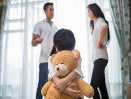 Việc cha mẹ tuyệt đối không nên làm trước mặt con