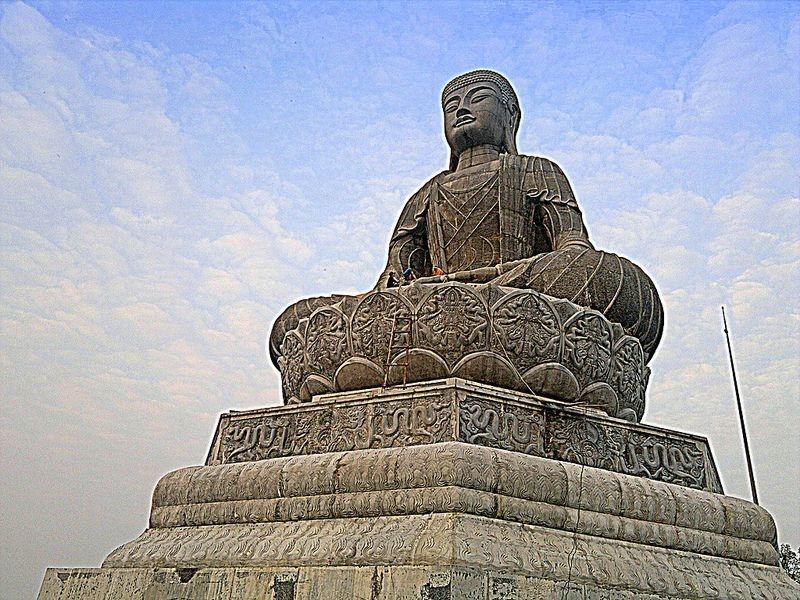 Tượng Phật A Di Đà bằng đá lớn nhất Việt Nam.