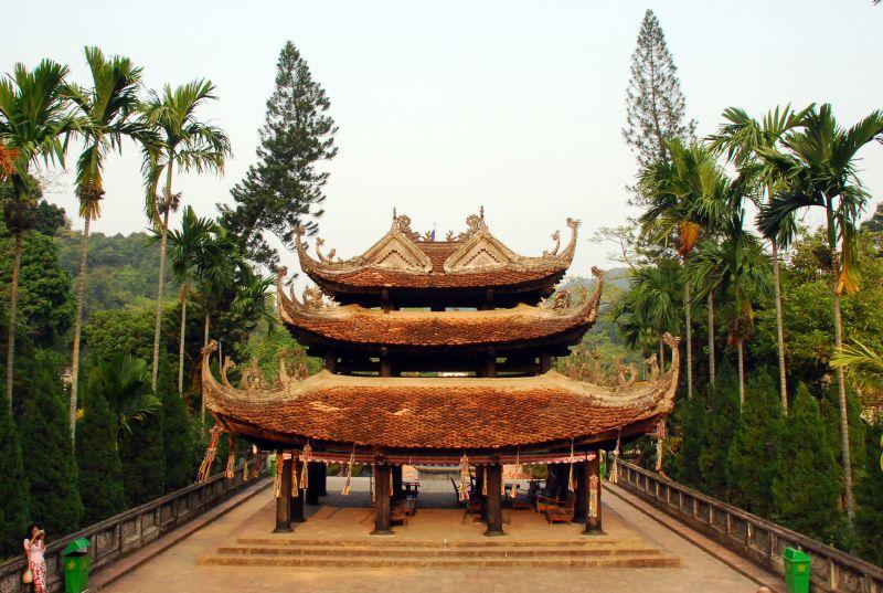 Tháp chuông chùa Hương  (Hằng năm, lễ hội chùa Hương thường diễn ra từ khoảng tháng giêng âm lịch đến hết tháng ba âm lịch.)