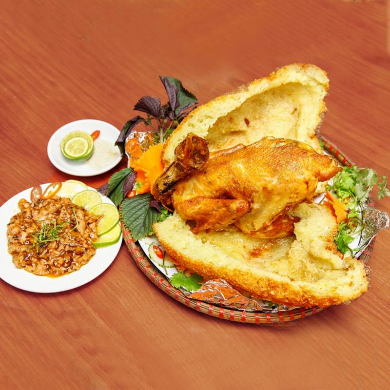 Tách lớp xôi hiện ra lớp thịt gà vàng ươm, thưởng thức món gà vừa nóng hổi vừa ngon lành