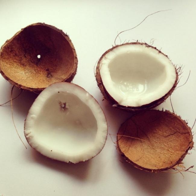 Tách phần thịt của dừa