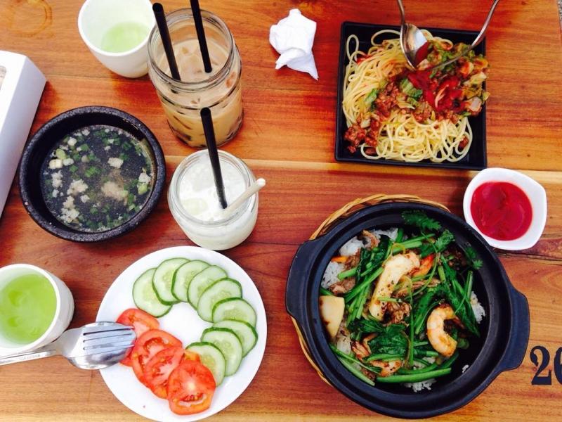 Đồ ăn tại quán đa dạng phong phú và bày trí bắt mắt