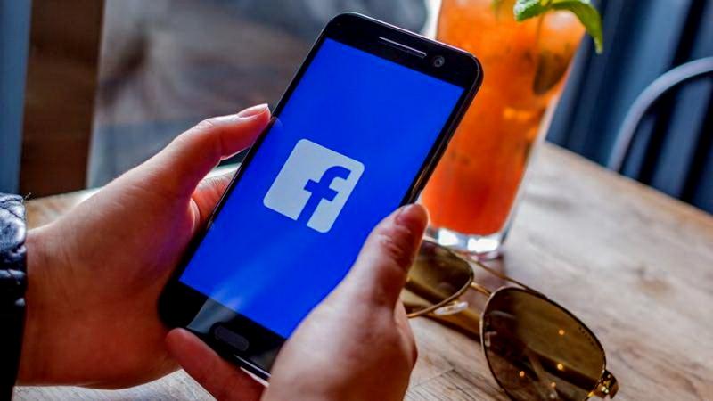 Facebook kết nối trên thế giới ảo nhưng lại làm xói mòn và ảnh hưởng đến cách con người giao tiếp, thể hiện tình cảm.