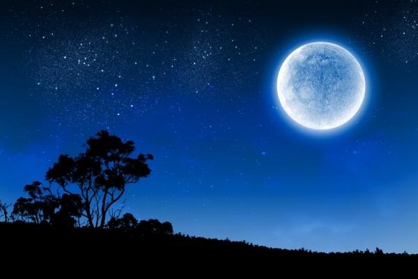 Bầu trời đêm như một tấm thảm đen mênh mông rộng lớn được tô điểm bằng những vì sao.