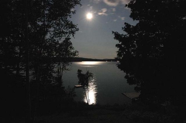 Dòng sông như được dát vàng bởi ánh trăng.