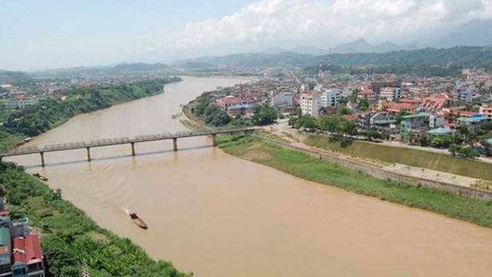 Mỗi mùa dòng sông lại mang một dáng vẻ khác nhau.