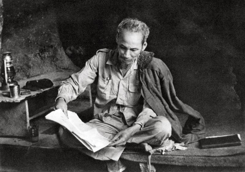 Người làm việc trong hang đá ở Việt Bắc năm 1951