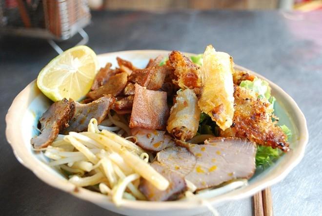 Điểm nhấn của món ăn ày là phần nước sốt rim kèm với thịt xá xíu. Món này ăn kèm với các loại rau sống và tóp mỡ chiên giòn
