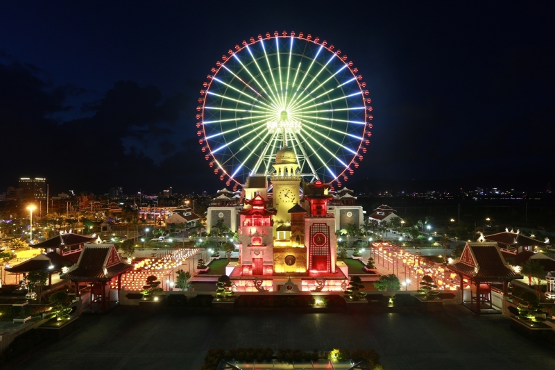 Vòng quay Sun Wheel trong khuôn viên Asia Park vào buổi tối