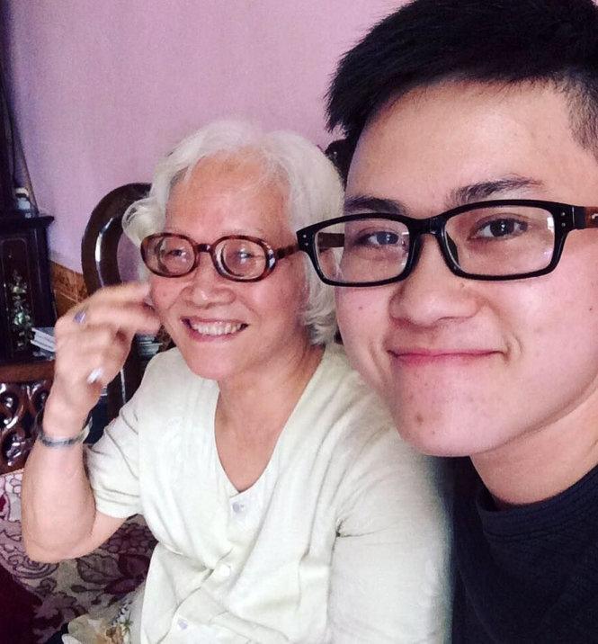 Lê Thiện Hiếu cùng bà của anh ấy