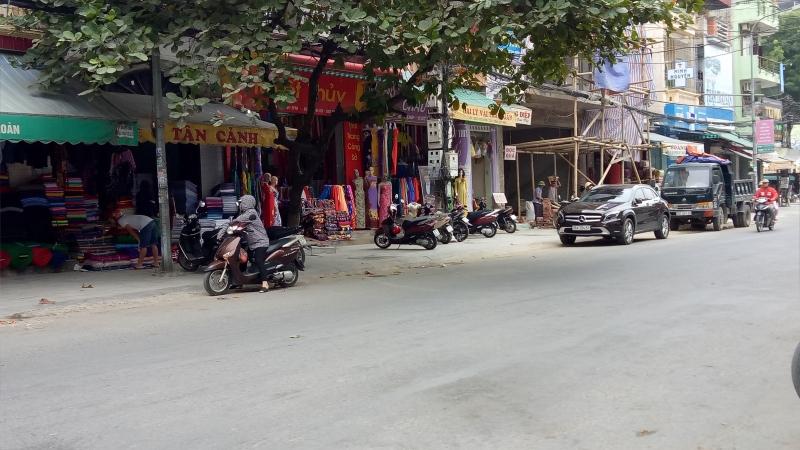Cửa hàng vải nằm bên đường