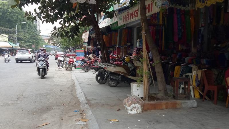 Cửa hàng vải nằm ngay bên đường