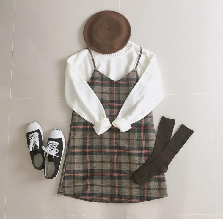 Quần áo của 2 closet mang nét nữ tính.