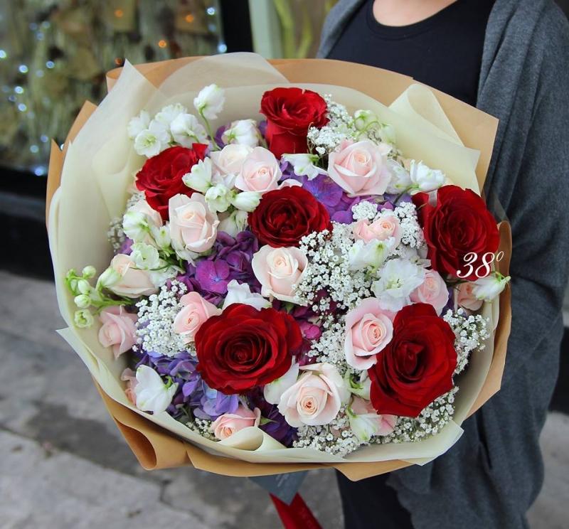 Một bó hoa taị 38 với tông màu trang nhã