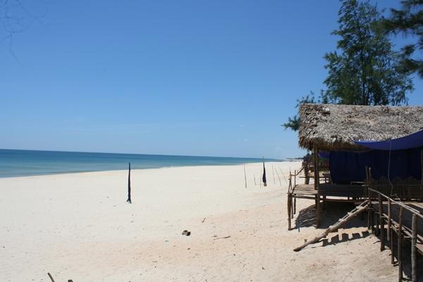 Những bãi cát mịn màng, trải dài rộng ở Cửa Việt