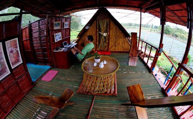 Không gian làm việc bên trong homestay với các vật dụng bằng tre gỗ.