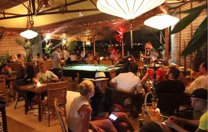 Phía bên trong quầy bar là các gian dành cho hoạt động giải trí sẽ làm cho bạn một buổi tối thật hứng khởi.