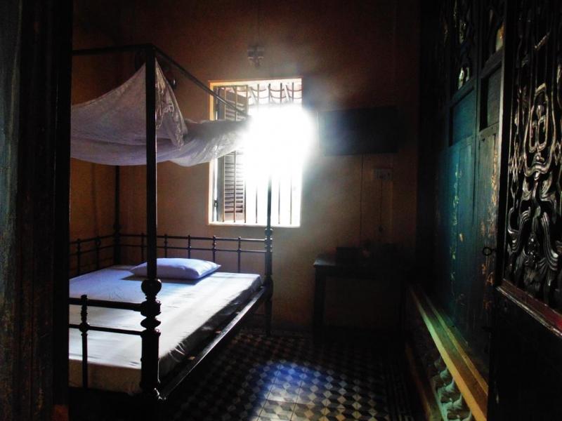 Phòng ngủ lưu trú cho khách bên trong căn nhà cổ trăm năm tuổi