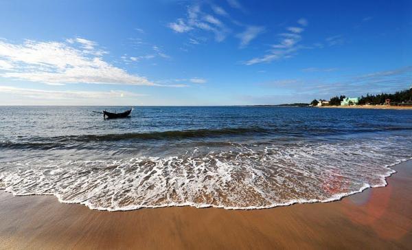 Bãi Gia Đằng, nước trong xanh, sóng nhẹ nhàng