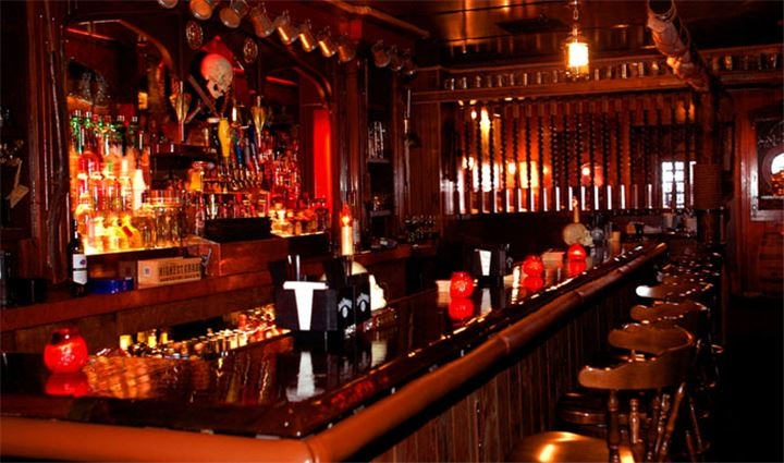 Quầy Bar được thiết kế bằng gỗ tạo cảm giác ấm cúng nhưng không kém phần sang trọng.