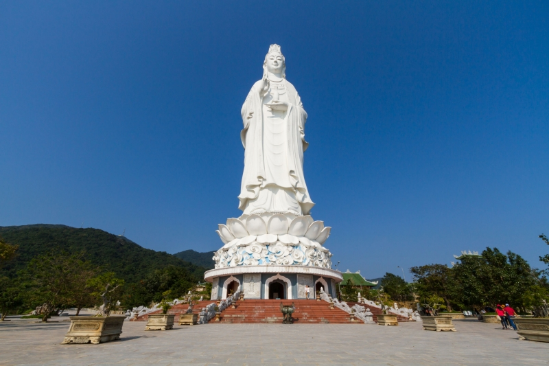 Tượng Quan Âm Bồ Tát đặt tại chùa Linh Ứng