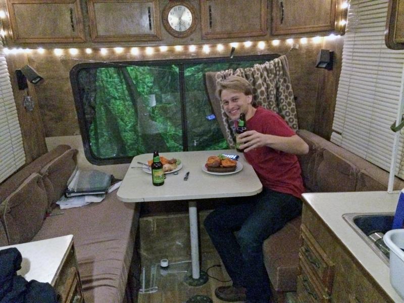 Việc sống 5 tháng trong xe tải đã giúp Jason tiết kiệm được 10000 đô