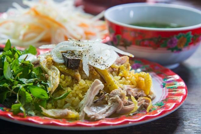 Ngoài quán cơm gà bà Buội tại số 22 Phan Chu Trinh nổi tiếng, bạn còn có thể tới quán bà Nga cách đó một đoạn hay cô Hương ở đầu hẻm Sica