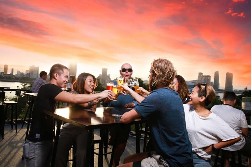 Rất nhiều khách nước ngoài tới quán và thưởng thức bia