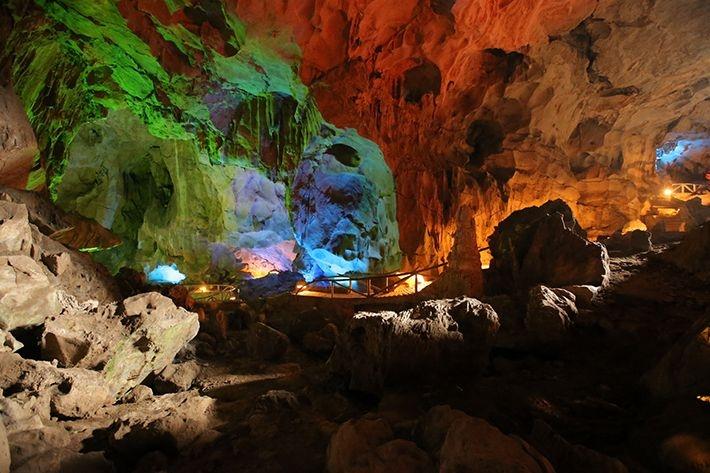 Những khối thạch nhũ được ánh sáng chiếu rọi ở động Tam Thanh