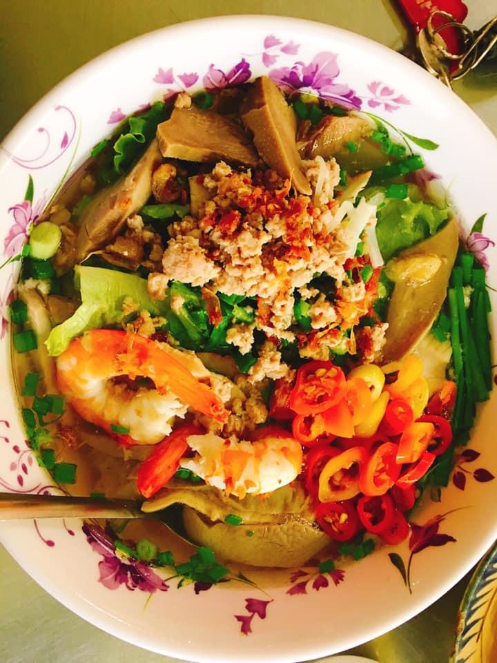 Đây là một quán hủ tiếu có mức giá không rẻ nhưng lại hợp lí với chất lượng món ăn tại đường Quang Trung