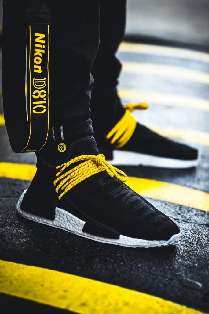 Màu đen của dòng chữ Human Race tiệp cùng với nền giày tạo nên một phong cách bí ẩn.