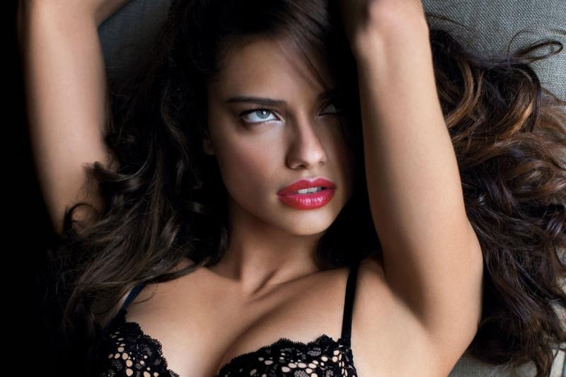 Siêu mẫu Adriana Lima sở hữu gương mặt không góc chết
