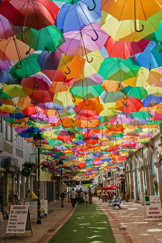 Những con đường bỗng dưng thay đổi ngoạn mục khi được điểm tô bằng hàng ngàn chiếc ô đủ màu sắc, họa tiết khác được treo lơ lửng