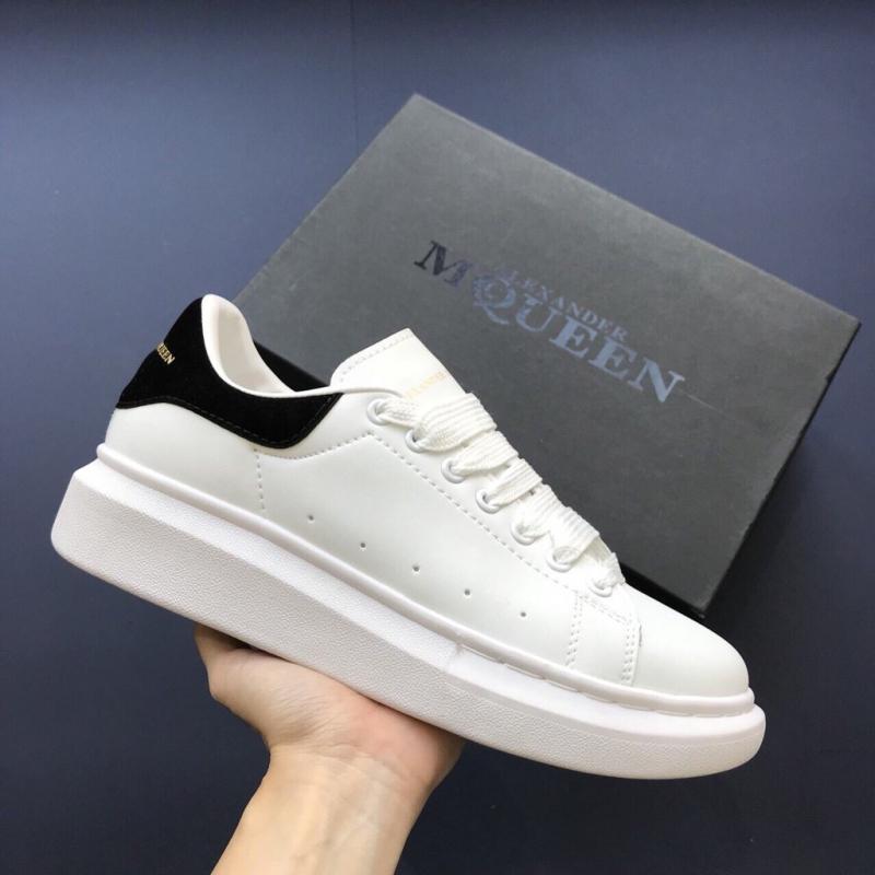 Giày sneaker Alexander McQueen có kiểu dáng, màu sắc phù hợp với mọi trang phục