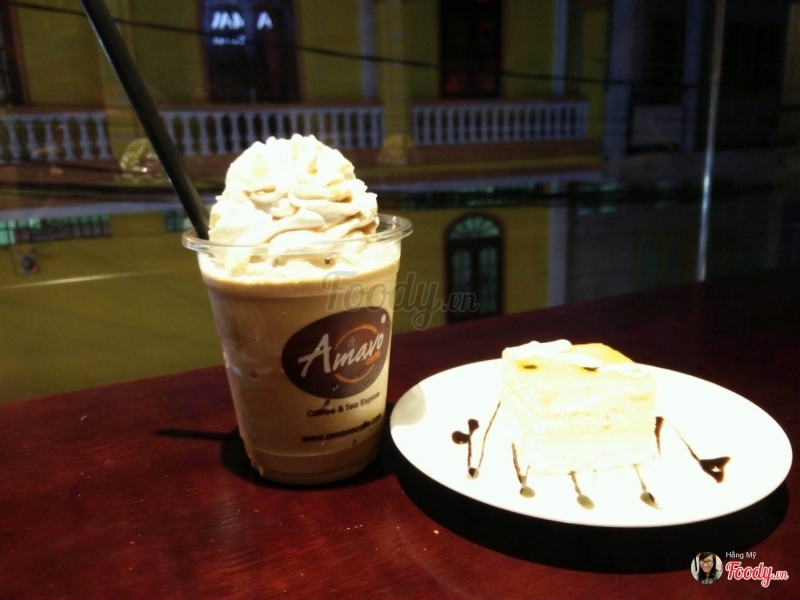 Nước uống và bánh ngọt tại Amavo Coffee
