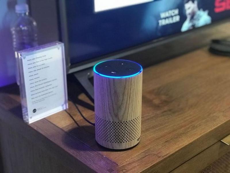 Loa thông minh Amazon Echo thế hệ hai với thiết kế nhỏ gọn.