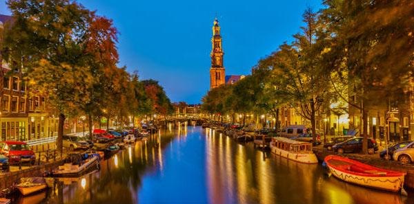 Amsterdam được biết đến với tên gọi thủ đô chính thức của Hà Lan.