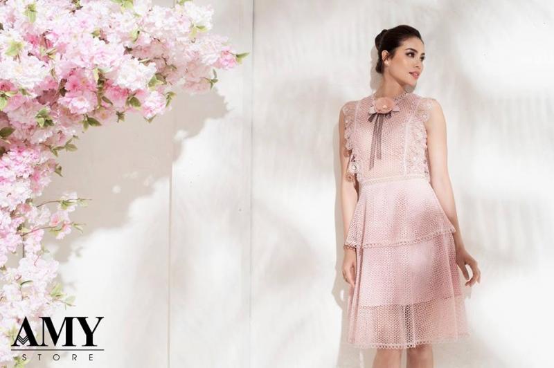 Hoa hậu Phạm Hương trong đầm ren của shop