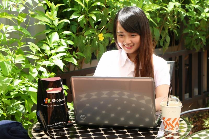 Tránh ăn uống bên cạnh laptop