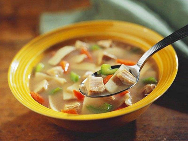 Bắt đầu bữa ăn bằng bát súp nóng hổi sẽ giúp bạn cảm thấy nhanh chóng no bụng